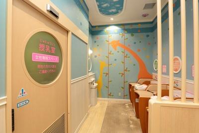 授乳室、オムツ交換台や給湯器など、パパママに嬉しい設備が充実!