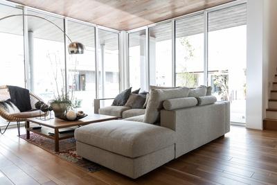 リビングの2面は窓サッシによって明るく開放的な雰囲気