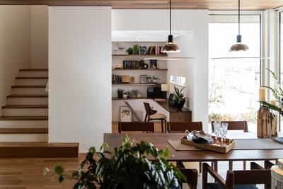キッチンから見た風景。ダイニングテーブルの先にある階段右側の空間が勉強部屋だ