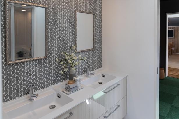 浴室の反対側にある化粧スペース