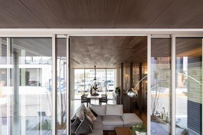 軒とリビングとダイニングキッチンの屋根が同じ木材でフラットにつながっている