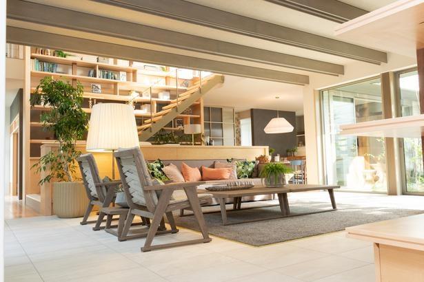 大型家具がゆったりと配置された、明るくて開放的な21帖を超えるファミリースイートのリビング(写真は別のモデルルーム)