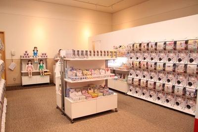 ショップコーナー。展示しているカプセルトイはもちろん、幅広い商品が実際に目で見て購入できる
