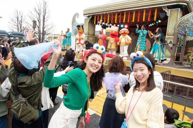 歌姫のミュージックビデオ撮影でエルモたちがボリウッド・ダンスを踊りまくる! クスッと笑える演出も。(モデル:カチューシャ各2,300円、コインポーチ1,800円)
