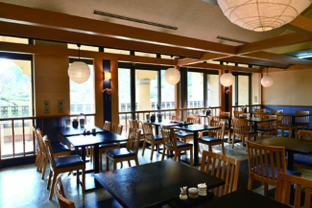 オアシス館2階にある店。テーブル席のほか、座敷席もあり/御食事処 みけ家