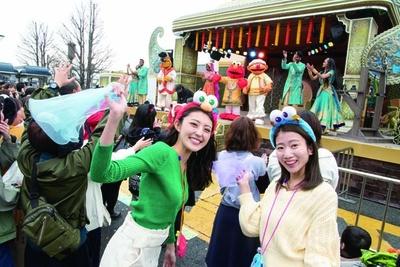 【写真を見る】歌姫のミュージックビデオ撮影でエルモたちがボリウッド・ダンスを踊りまくる!/ユニバーサル・スタジオ・ジャパン