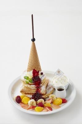 【写真を見る】ビジュアルもびっくり、パンケーキの上に巨大なツリー