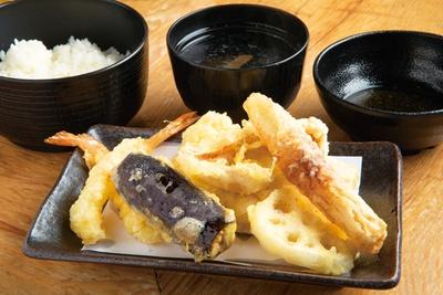 8品の天ぷらが楽しめる「お好み天定食」(790円)/「天ぷらとワイン 小島」