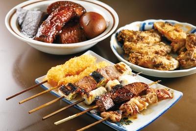 手羽唐揚(奥右 540円)や味噌おでん(奥左 1個 108円)など、名古屋の庶民的な味が人気 / 串やき 五條 名驛
