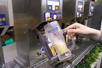ビールは、ボタンを押すだけで適量をグラスに注いでくれる