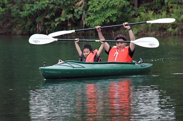 園内の湖で親子カヌー体験