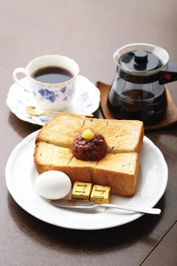 【写真を見る】食べ応えのある小倉トーストにたまごも付いて、かなり満足のボリューム!「名古屋セット」(540円) / 加藤珈琲店
