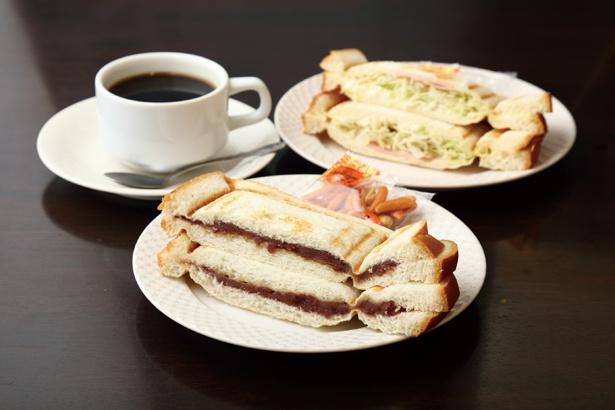 コーヒー(奥左410円)などすべてのドリンクに付く無料サービスは6種類!「1日中モーニングサービス」(410円~) / モーニング喫茶 リヨン