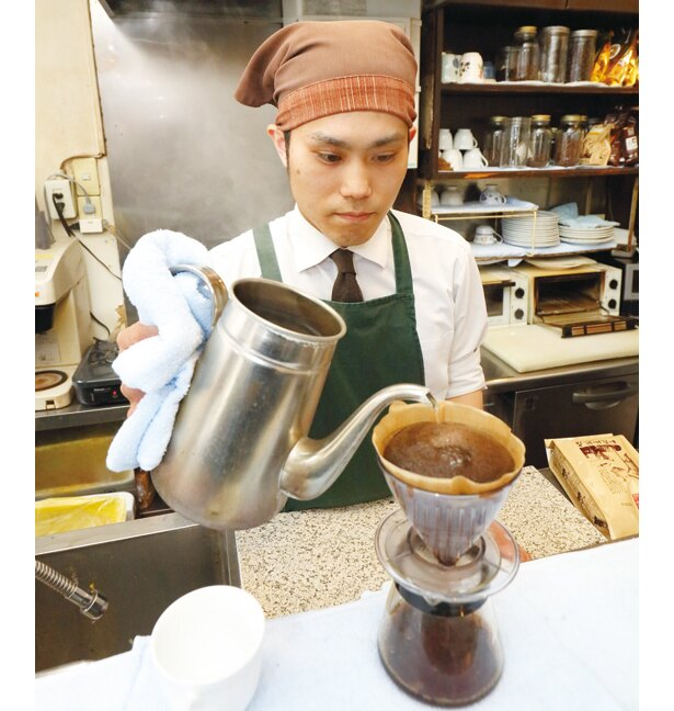 注文ごとに豆をひき、こだわりのコーヒーを提供してくれる「加藤珈琲店」