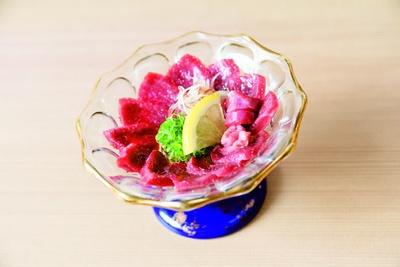 【写真を見る】コリコリの食感が独特なモウカザメの心臓を、レバ刺し風に仕上げたもうかの星(810円)/竹内酒造