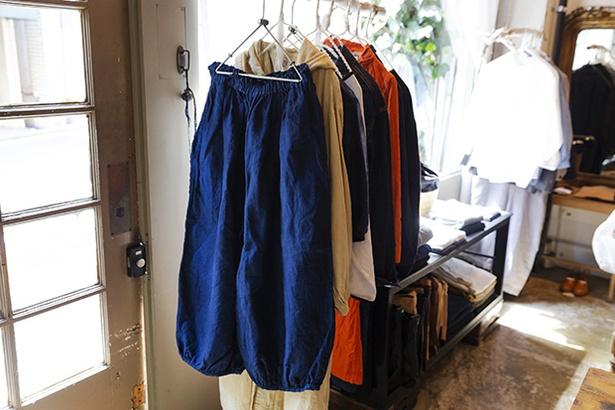 岡山で100年以上続く染色工場が立ち上げたショップが手がける、裾ギャザーパンツ24,840円。バルーンスカートのようなゆったりしたシルエットが女性らしさを演出