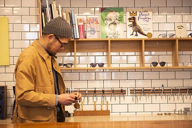 【写真を見る】カウンターで作業している光景は、まるでカフェのマスターのようにも見える