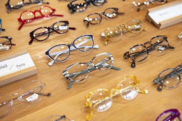 メガネの形に合った色だけをセレクトしている