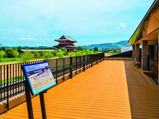 「天平みはらし館」にある展望デッキから平城宮跡が一望できる/平城宮跡歴史公園