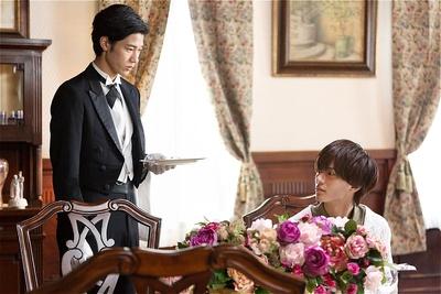 烏丸家の新米執事・衣更月を演じる清原翔(左)