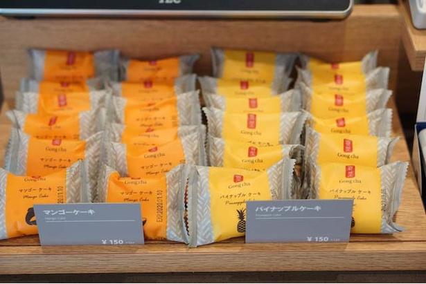 ゴンチャ 沖映通り店 / 店内で販売されている「マンゴーケーキ」と「パイナップルケーキ」