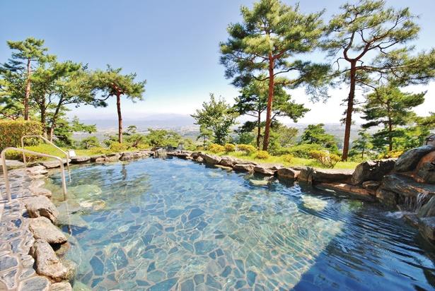 【写真を見る】高台に位置する露天風呂からの、壮大な眺めは必見だ。昼は美ヶ原高原、夜は安曇平の美しい夜景が堪能できる/「安曇野みさと温泉 ファインビュー室山」