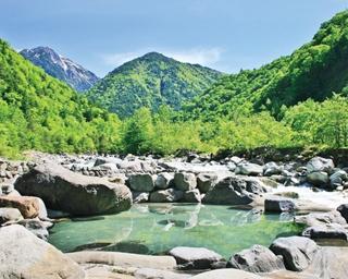 夏こそ行きたい!美しい青空と山を一望できる露天風呂3選