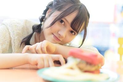 人気連載「SKE48のアルイテラブル!2」のスピンオフ企画として、「メンバーとこんなデートをしてみた~い♥」を勝手に妄想しちゃいました!今回の彼女は研究生の杉山菜田里ちゃん♪