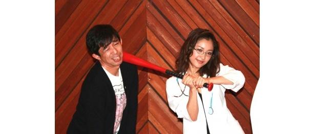完成発表記者会見に登場した平林克理監督とみひろ(写真左から)