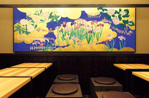 【写真を見る】ロビーに飾られた絵は、新進気鋭の日本画家・山羽春季氏の作品/京町家 楽遊 仏光寺東町