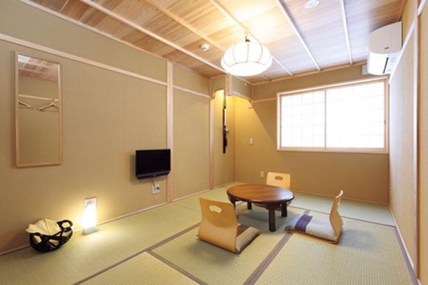 定員3人の客室「紫苑」は、畳敷きで、インテリアもすべて純和風にまとめられた4畳半の空間/京町家 楽遊 仏光寺東町