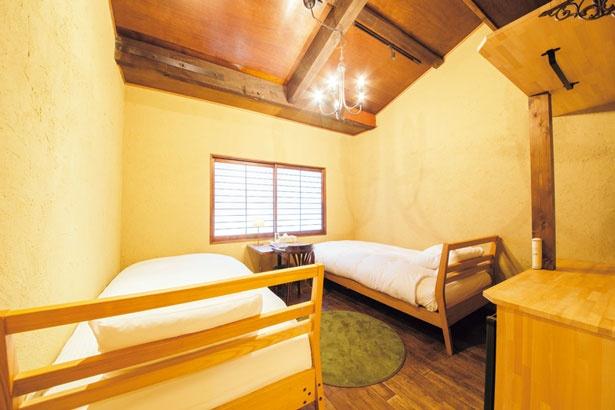 客室はノスタルジックな雰囲気の和モダンな空間。寝具は京都のブランド「IWATA」のオーダーメイド。快適に眠ることができる/京都町家旅館 cinq