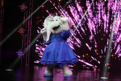 高らかに歌い上げ観客を圧倒するミーナ。内気なミーナがステージ上で弾ける!