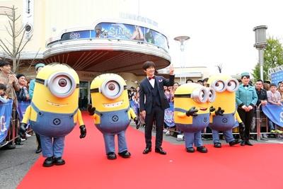 新劇場のオープンをお祝いしようと、内村光良さんがレッドカーペットに登場
