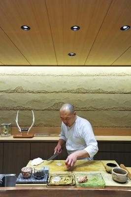 一枚板のカウンター席で、西川さんの丁寧な手仕事を楽しみつつ料理が味わえる