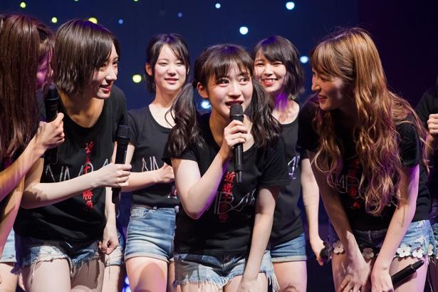 涙する川上千尋(中央)左は太田夢莉、右は吉田朱里
