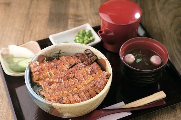三河一色産のウナギがまるっと1尾入ったボリュームが自慢の「まぶし丼」(3600円)/うな豊