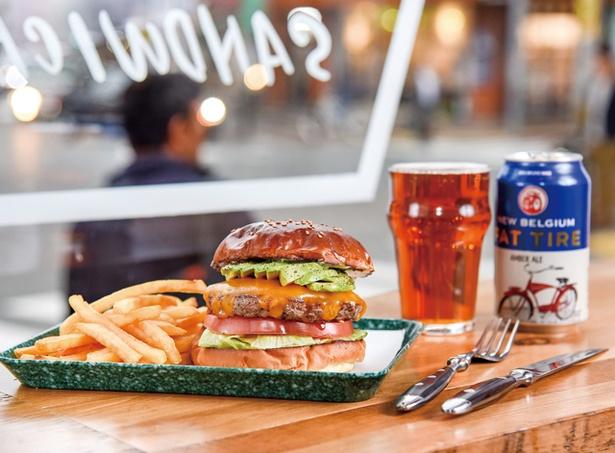 THE BASKET / 「フレンチフライ付き、アボカドチーズバーガー」(1200円)。「クラフトビール」(700円〜)は、缶や樽生を用意
