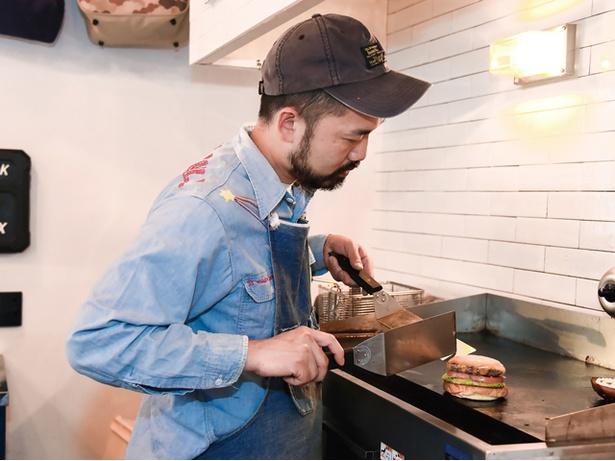 THE BASKET / 「200℃以上の高温で焼くのもおいしさの秘密です」と、店主の原田光雄さん
