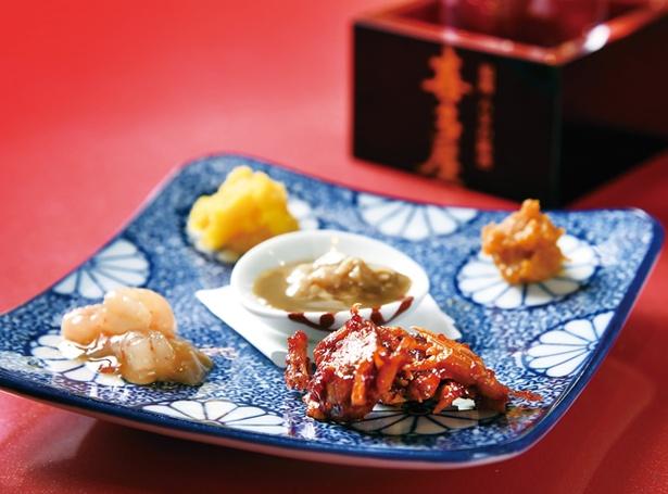 殻の三光橋 / 沢ガニケジャンや生からすみなどを盛る、「珍味盛り5種類」(1080円)。約18種類並ぶ日本酒は、グラスorとっくり648円〜