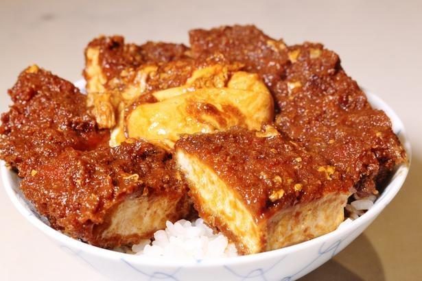 【写真を見る】「元祖 味噌カツ丼」(1320円) 肉厚のカツがたっぷり、中央に半熟煮のたまごがのる