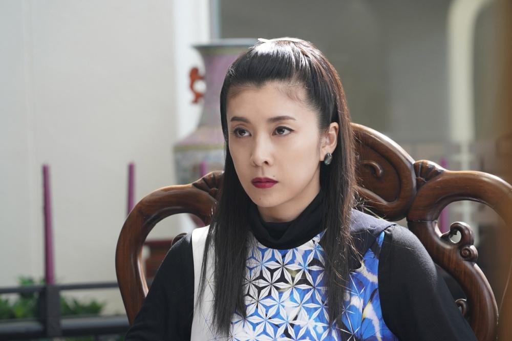 騙しのターゲットとなる香港マフィアの女帝を竹内結子が演じる