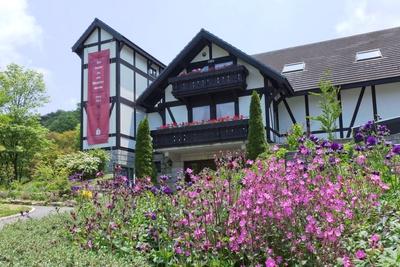 六甲オルゴールミュージアムでアンティーク・オルゴールとLLP日本香りデザイン協会の香水と六甲山の花々がコラボ