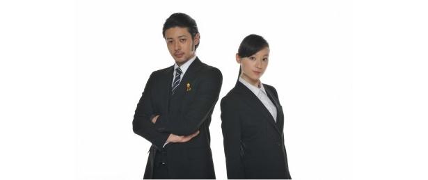 「熱海の捜査官」星崎剣三役のオダギリ ジョーと北島紗英役の栗山千明(写真左から)