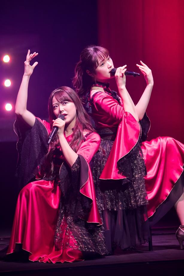 『恋愛ペテン師』を披露する白間美瑠(左)と渋谷凪咲(右)