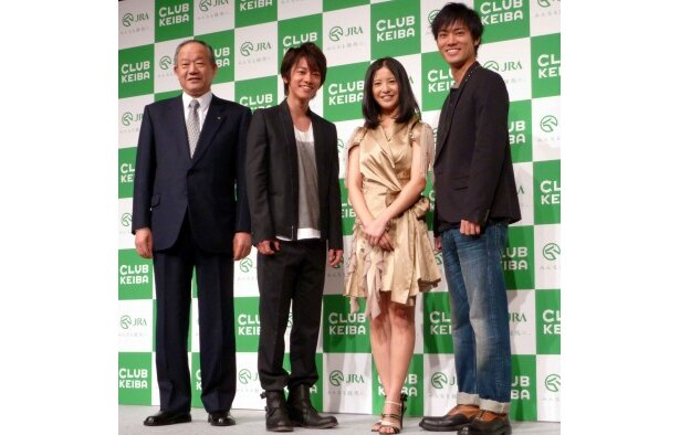 「2011年 JRAナビゲーター記者発表会」に登場した新ナビゲーターの佐藤健、吉高由里子、桐谷健太ら