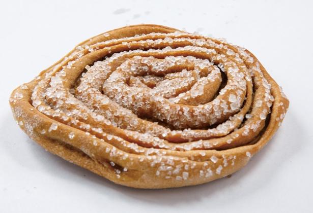 うずまきパンには、砂糖が散りばめられていて、食感のアクセントに!「うずまきパン(黒糖)」(3個入り 135円ほか)