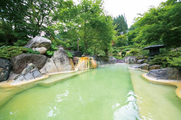 メインの露天風呂「うぐいすの湯」は混浴なので、カップルやファミリーでも楽しめる / 奥飛騨ガーデンホテル 焼岳