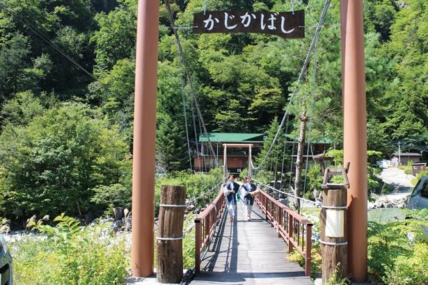 宿へ渡る途中の橋も見どころ! / 深山荘