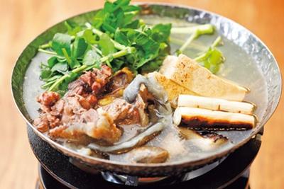 【写真を見る】コラーゲン豊富なエンペラや天然クレソンが入ったすっぽんのおなべ(1382円)/蛸焼とおでん 友の
